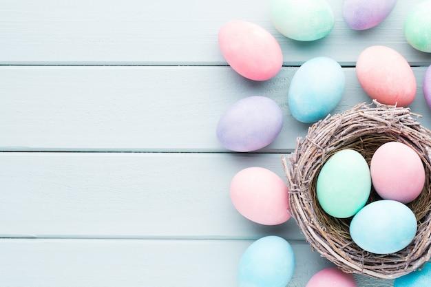 Fundo pastel de ovos de páscoa. cartão de greating de primavera.