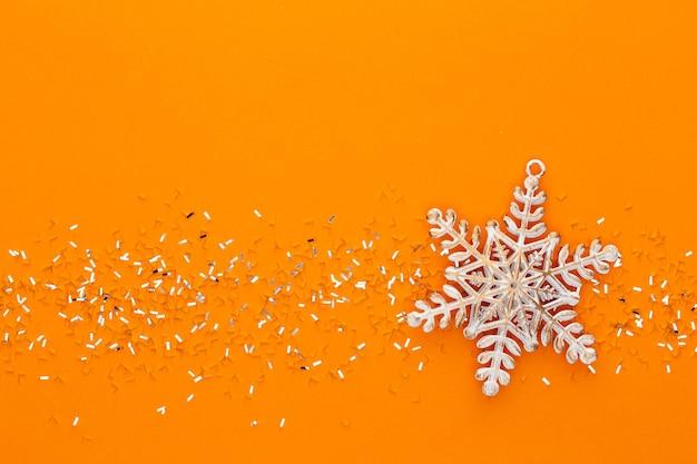 Fundo pastel festivo. estrelas de natal e glitter em fundo pastel. natal. casamento. aniversário. dia dos namorados. postura plana.