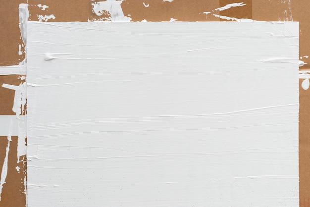 Fundo pintado de branco em fundo marrom