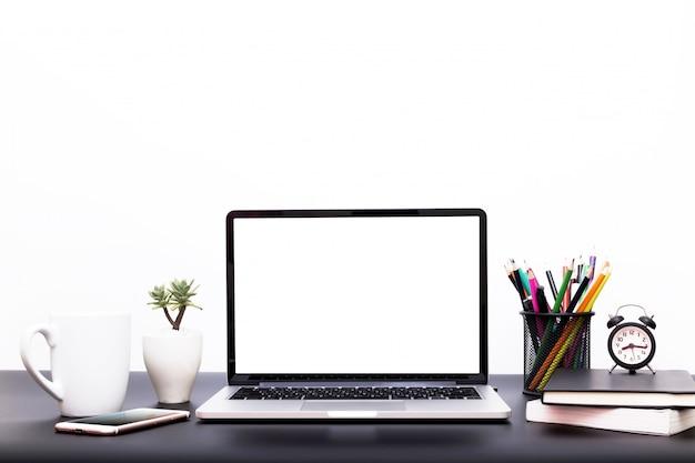 Fundo portátil, espaço de trabalho com computador portátil, material de escritório gadget em casa ou escritório de estúdio.