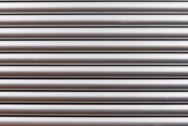 Fundo prateado com linhas horizontais.