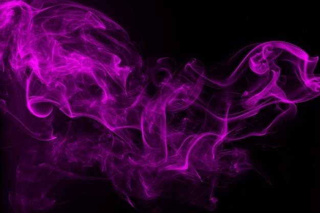 Fundo preto abstrato com fumaça roxa