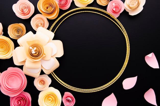 Fundo preto com moldura de flores de papel elegante