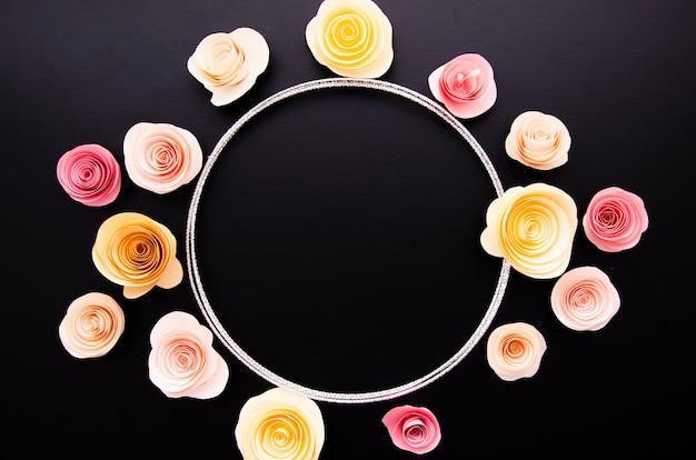 Fundo preto com moldura redonda de flores de papel