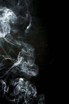Fundo preto com silhueta fumaça