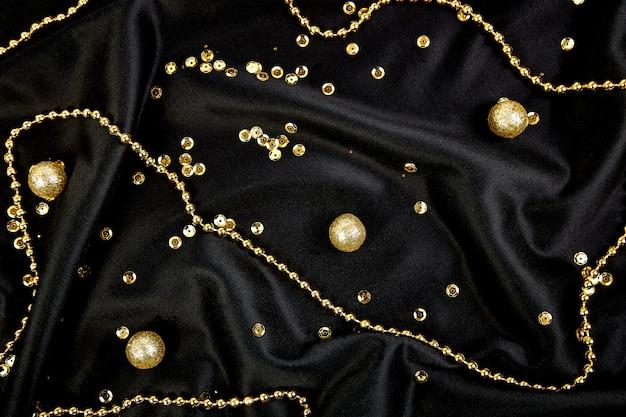 Fundo preto de luxo com bolas de ouro brilhantes.
