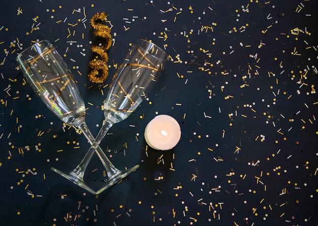 Fundo preto elegante celebração com óculos de ouro e confetes