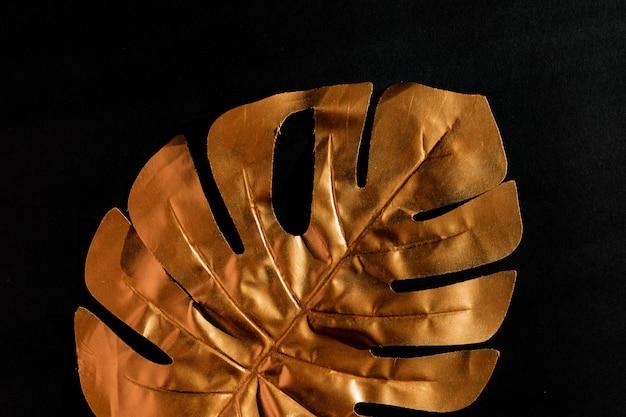 Fundo preto elegante luxo com folha de ouro monstera. copie o espaço para texto