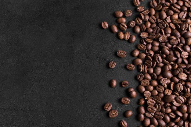 Fundo preto minimalista e arranjo de grãos de café