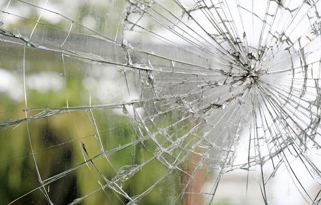 Fundo quebrado sujo velho da janela de vidro quebrado.