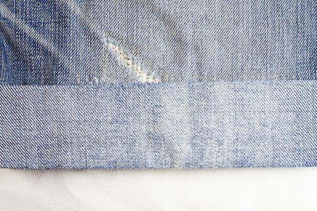 Fundo rasgado de jeans, textura de jeans.