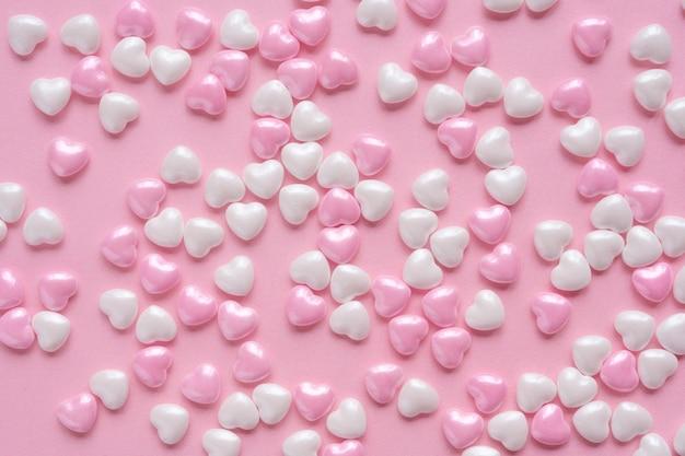 Fundo romântico com corações doces rosa e branco suave