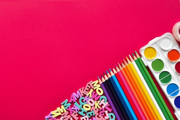 Fundo rosa com papelaria Foto Premium