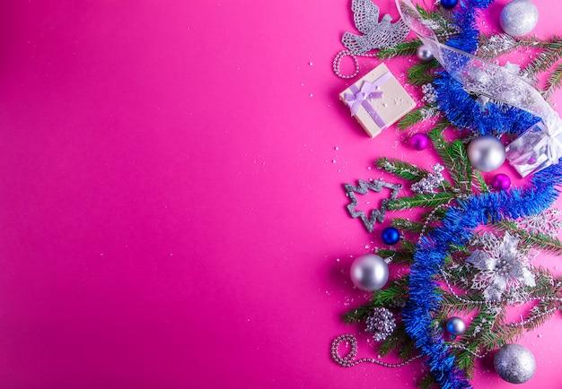 Fundo rosa de natal com um presente e decorações