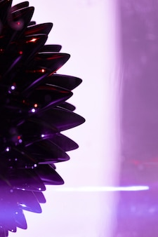 Fundo roxo com metal líquido ferromagnético com espaço de cópia