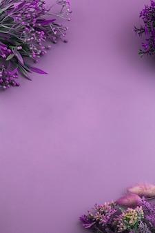 Fundo roxo com orientação vertical de flores