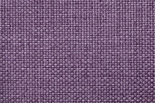 Fundo roxo com teste padrão quadriculado trançado, close up. textura da tela de tecelagem, macro.