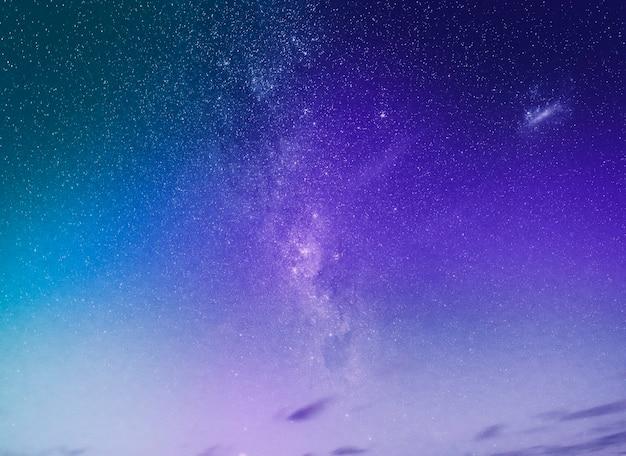 Fundo roxo do céu noturno estrelado