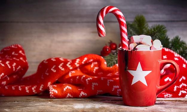Fundo rústico de natal com chocolate quente com marshmallows