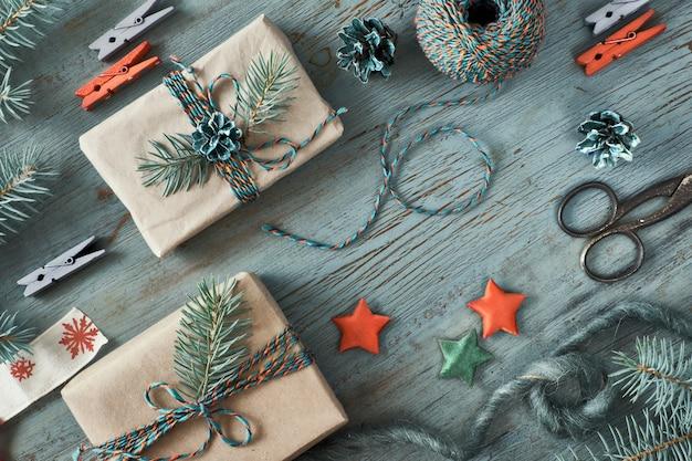 Fundo rústico de natal em madeira verde com galhos de pinheiro e presentes de natal