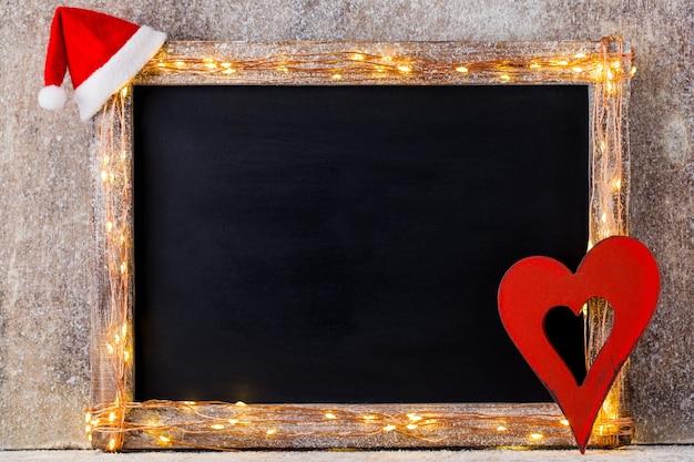 Fundo rústico de natal - madeira planked vintage com luzes e decoração de natal.