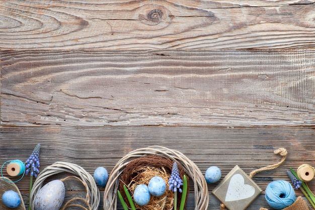 Fundo rústico de páscoa com ovos, jacintos azuis flores e coração de madeira