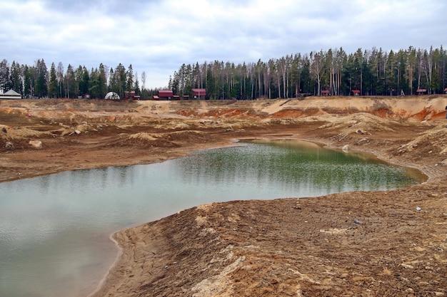 Fundo sujo de problemas ecológicos de um lago seco