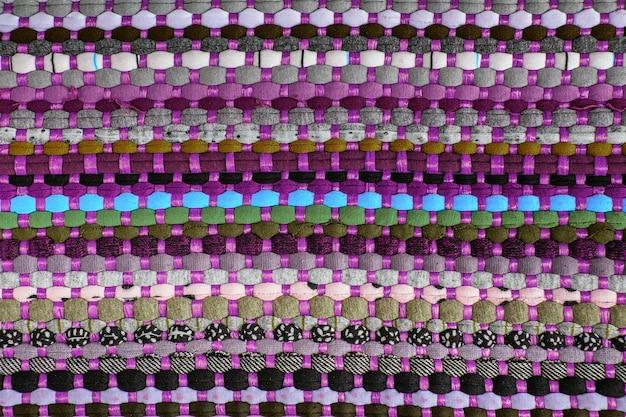 Fundo, textura de tapete colorido artesanal. tapete de tecido de pequenas manchas