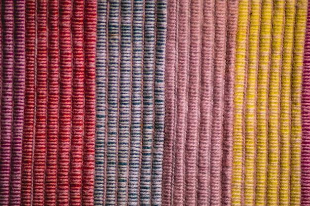 Fundo texturizado com fios de algodão coloridos verticais