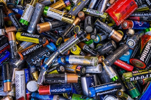 Fundo velho usado células aa descartadas e outras baterias elétricas