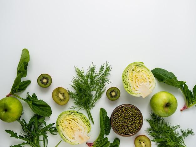 Fundo verde de frutas e legumes.
