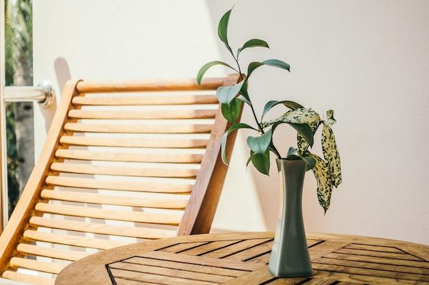 Fundo verde de madeira vaso de flor