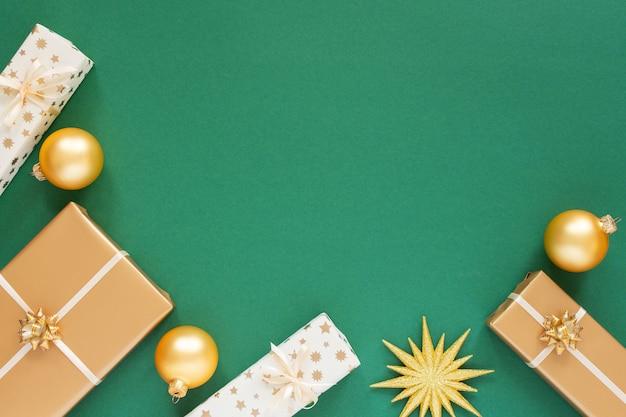 Fundo verde festivo com decoração dourada, fundo com estrela dourada e caixas de presente