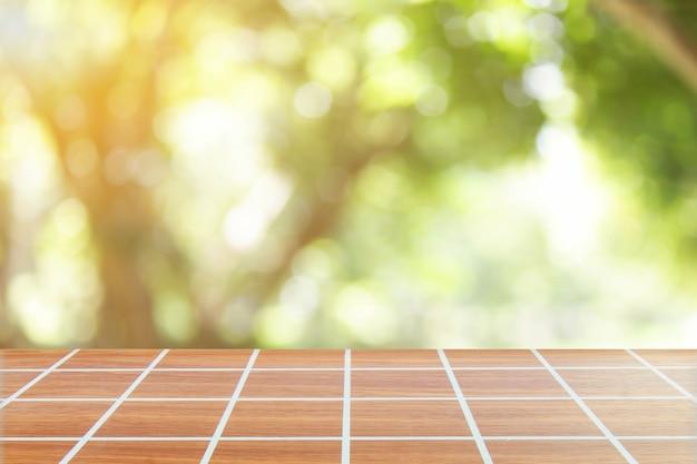 Fundo verde primavera com mesa de madeira no verão linda luz laranja