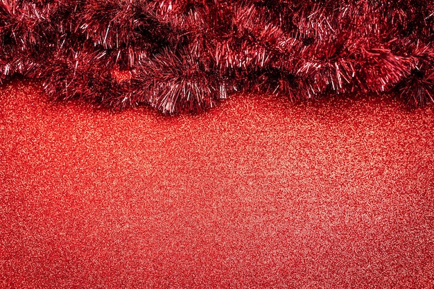 Fundo vermelho brilhante de natal com decorações festivas e espaço de cópia para texto