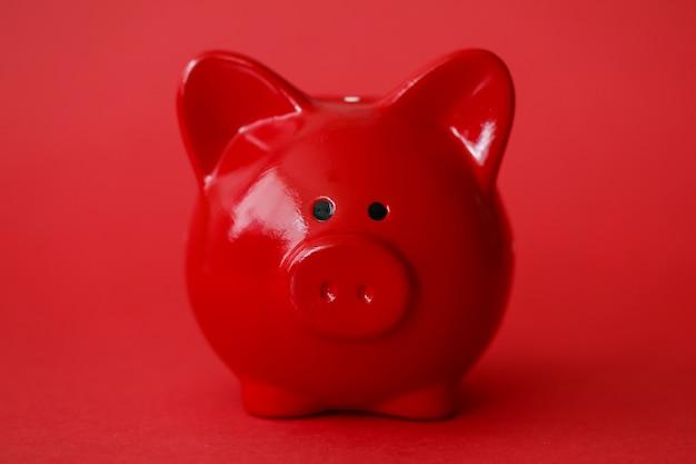 Fundo vermelho caixa de porquinho. crédito bancário rápido