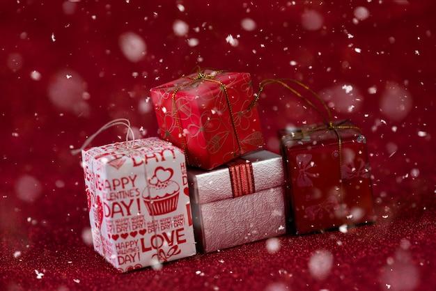 Fundo vermelho com caixa de presente e neve