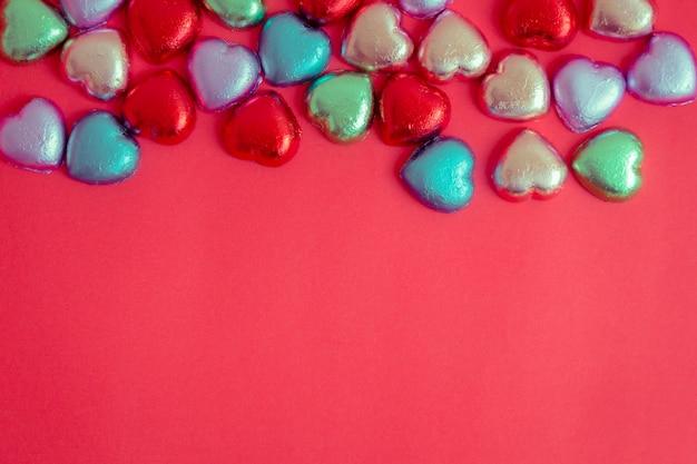 Fundo vermelho com coração multicolorido descansa