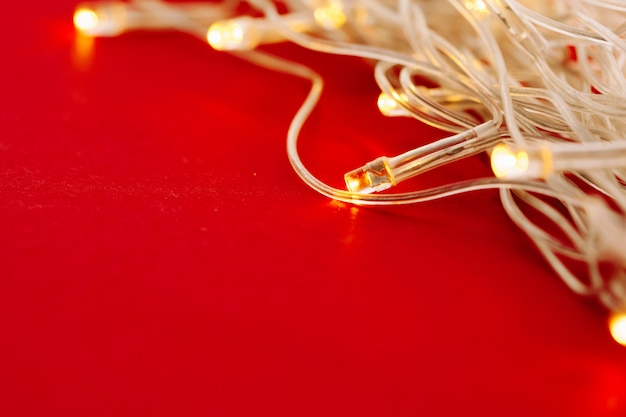Fundo vermelho com luzes iluminadas da guirlanda