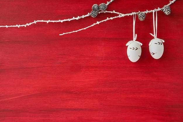 Fundo vermelho da páscoa. ramo decorado com ovos de páscoa. copiar espaço, fundo de férias