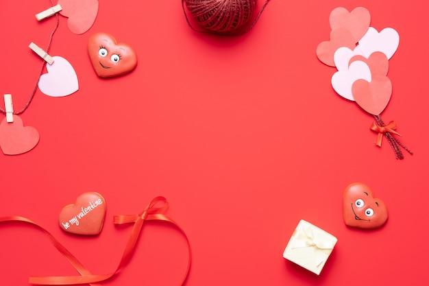Fundo vermelho de dia dos namorados com decorações de coração