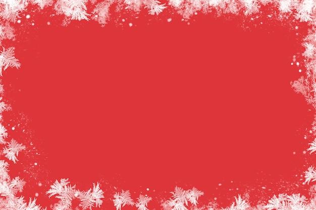 Fundo vermelho de natal com decoração. fundo vermelho de geada e sgenna. inverno.