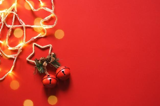 Fundo vermelho de natal. sinos de natal em um fundo vermelho. decoração. layout.