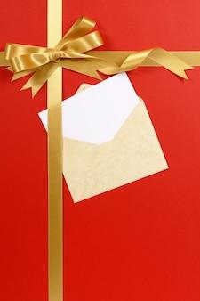 Fundo vermelho do presente com cartão