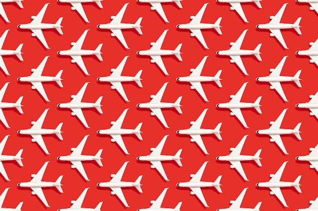 Fundo vermelho moderno com aviões brancos. viagem de negócios.