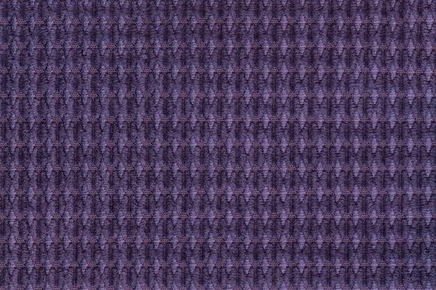 Fundo violeta escuro do fim tecido macio felpudo acima. textura de macro de têxteis