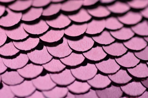 Fundo violeta rodada decorações brilhantes dispostas em linhas
