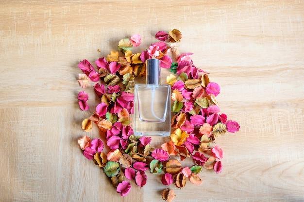 Fundos, frascos de perfume e flores perfumadas.
