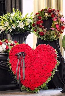 Funeral, lindamente decorado com arranjos de flores caixão, close-up