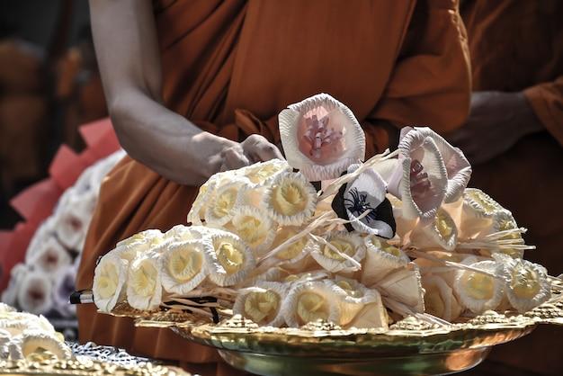 Funeral tailandês. monges que colocam flores na frente das flores da cremação. cultura tailandesa, budismo